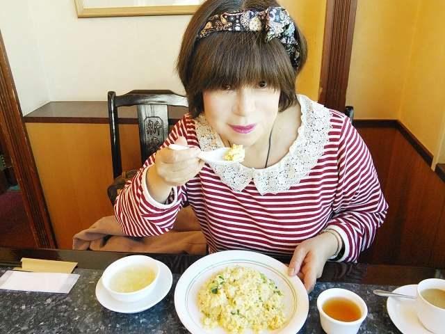 焼き飯とチャーハンの違いを紹介・食べる女性