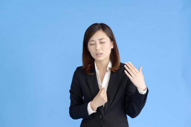 扇風機の賢い使い方を紹介します 暑がる女性