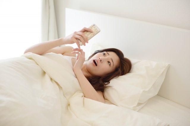 寝る前のスマホが太る原因かも?