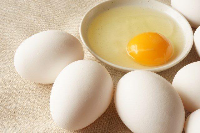 白卵と赤卵の違いを紹介します。生卵